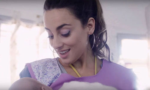 Con canciones de cuna, voluntarios cuidan a bebés en situación vulnerable