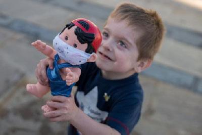 Crean muñeco con cicatrices y mascarilla que sensibiliza sobre las enfermedades raras