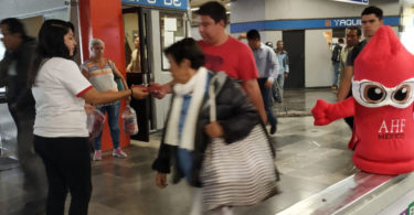 Reparten condones en el Metro