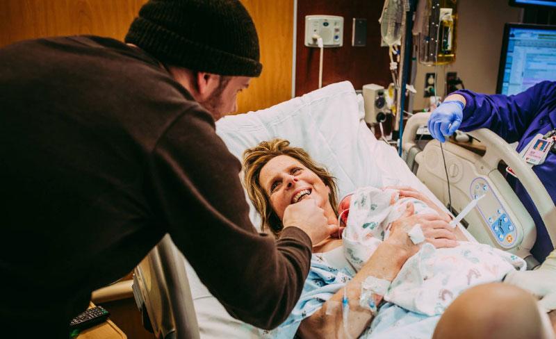 Mujer de 61 años da a luz al bebé de su hijo gay en EU