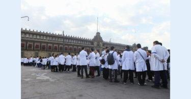 Protestan médicos residentes frente a Palacio Nacional